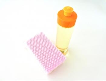 翌日、中性洗剤などをスポンジにつけて傘を洗って、日陰で干して乾かせば、ニオイも汚れもスッキリします。