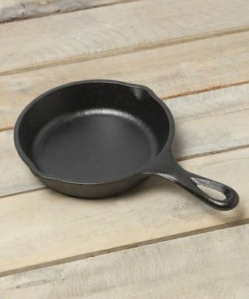 アウトドア料理で愛用されるお馴染みの「スキレット」は、じっくりと熱が行きわたるので、肉料理をはじめ、焼く、煮るといった基本調理が手軽に美味しくできると評判です。