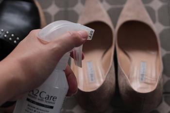洋服のように気軽に洗濯ができない靴。服の場合と同じように、履いたあとはすぐにしまわず、汚れを落とし、靴に染み込んだ湿気を発散させてから収納するようにしましょう。
