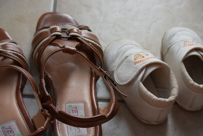 1日履いたシューズは、汗やホコリを拭き取ります。でも、すぐにしまい込むのはNG。 玄関はキレイに片付けておきたい所ですが、湿気対策のためには一晩そのまま放置して、靴に染み込んだ湿気を発散させてからしまうようにしましょう。
