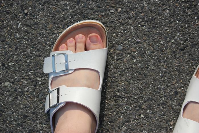 意外に忘れがちなのが、下駄箱の湿気対策。クローゼットよりもニオイ対策は気をつけたいところ。 足の裏は汗をかきやすい場所。その量はコップ1杯分ともいわれています。素足でシューズやサンダルを履けば、靴には大量の汗が染み込んでいて驚いたこともあるのでは?  そのまま下駄箱にしまいこめば、カビが繁殖してニオイの原因になってしまいます。