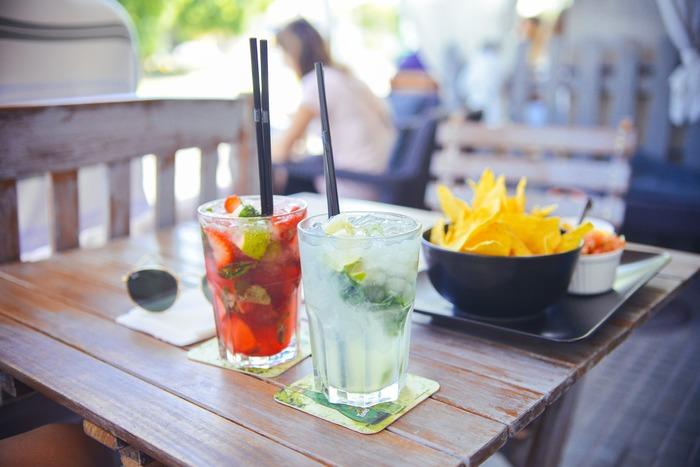 夏場の水分補給は大切ですが、のどが渇いた勢いで必要以上に摂取するとむくみの原因になってしまいます。またアルコールを飲むと身体が水分を余分に欲してしまうので、お酒の量にもご注意を。