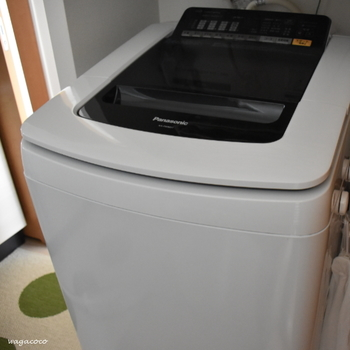 衣類をキレイにするための洗濯機ですが、洗濯機内は内部が高温多湿なうえに、衣類の汚れなどがカビの栄養源となり、裏側にカビが繁殖し、そのままにしておくと、嫌なニオイの原因になることもあるので、時々、市販の洗濯槽クリーナーなどを活用して、こまめにお手入れをしましょう。