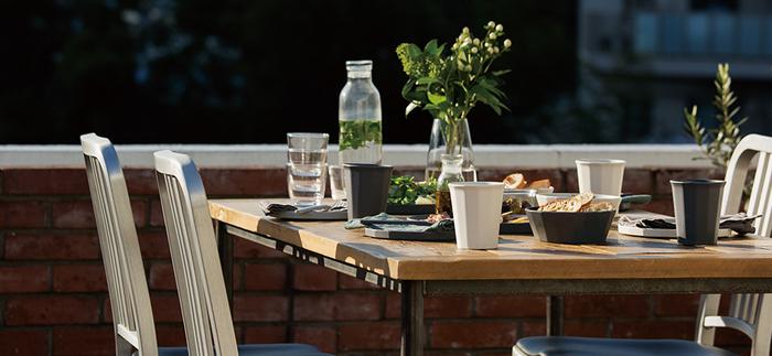 お天気の良い日は、こんな風にベランダでランチを楽しんでみては?メインのおかずはフライパンでそのまま出して、みんなで取り分けるのが便利です。野外での摂り皿には、軽くて使い勝手の良い「ALFRESCO(アルフレスコ)」のテーブルウェアがおすすめです。