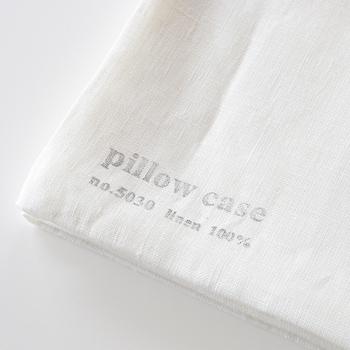 寝ている間にかいた汗を素早く吸収&乾かしてくれるので、いつもサラサラで気持ちがいいのがリネンのいいところ。柔らかく肌触りがいい枕カバーで、暑い夜でも熟睡できそう。