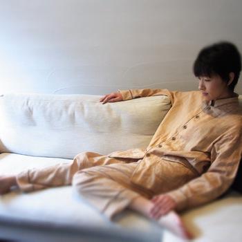 ふんわりと空気を纏うような肌馴染みのよい質感で、寝心地も快適です。より快適な睡眠を得られるよう、パジャマもワンランクアップさせてみませんか?