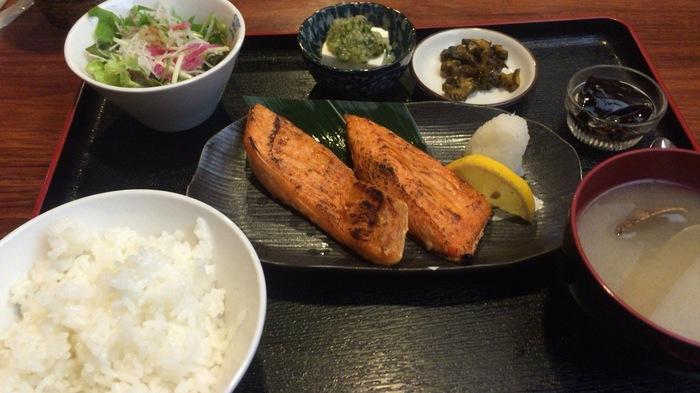 「鮭ハラス定食」。ごはんやお味噌汁はもちろん、サラダや山形だしの乗った冷やっこ、デザートも付いてくるのでお得感があります。新鮮なハラスはふっくらとしていて、箸が進みます。