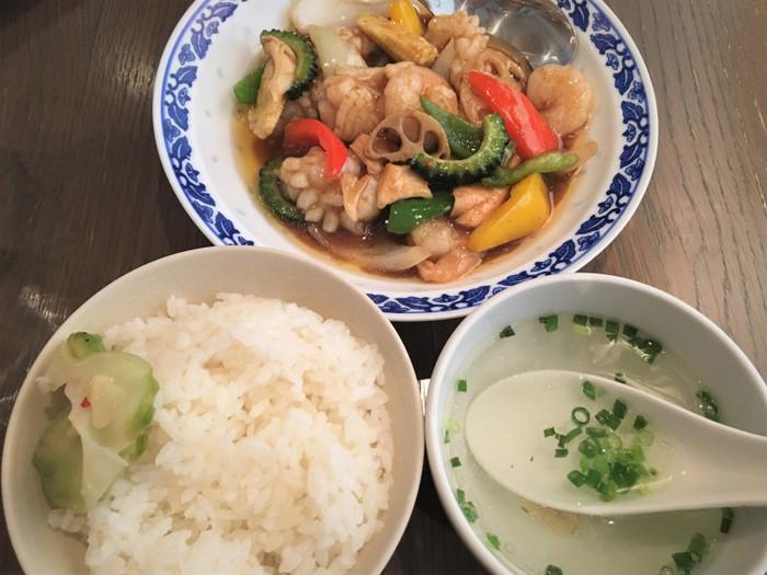 辛いものが苦手な人でも食べやすい海鮮炒め。エビ・イカがたっぷりな上、ゴーヤやパプリカ、レンコンなど様々な野菜が入っていて具沢山です。