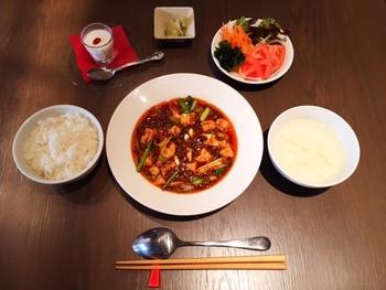 ランチセットには、メインの他にご飯・サラダ・スープ・ザーサイ・デザートが付きます。サラダとご飯はおかわり自由なので、食べ応えもばっちり!