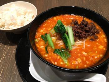 人気の坦々麺。ひき肉ではなく叩いた牛肉が使われています。辛さはまろやかで、ごまの風味とお酢の酸味が効いています。