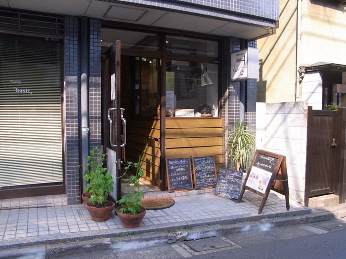 様々なアジアの国の料理が食べられるカフェ「basis A」。お店の前では無農薬野菜を売っていることも。