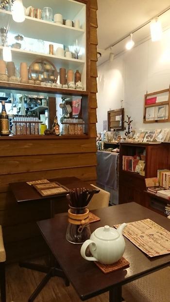 店内にはかわいい小物がたくさん。雑貨好きならわくわくしてしまいそうです。作家さんの手作りの品を展示販売するコーナーもあります。