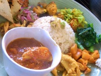 インド・ネパール・スリランカのおかず「サブジ」が日替わりで楽しめる「サブジ定食」。サブジの他、カリーと米粉のおせんべいのパパドゥ、土鍋炊きのご飯とプチドリンクが付きます。