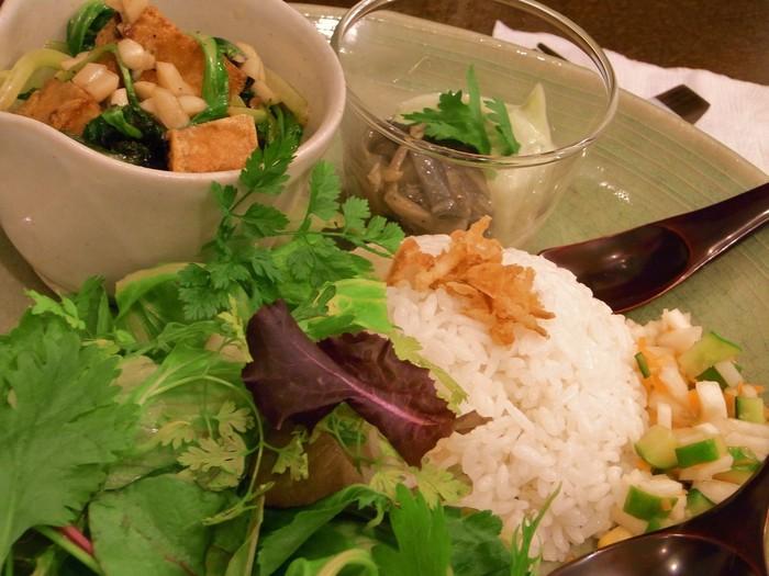 季節や期間限定などでテーマ国が移り変わるという面白みも!こちらはヴェトナムご飯定食。