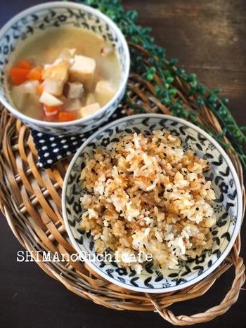 食欲がないという方にぜひ食べて欲しい生姜入りのチャーハンは、ギュギュッと握っておにぎりにしても。粗切りしょうがを使って、上手に時短しましょう。