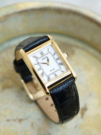 スクエア盤がスマートな印象なこちらの時計もセイコーの海外モデル。日本ブランドでありながら、日本人よりも海外の方からより高く評価されるということも多く、海外限定デザインもたくさん出ているんですよ。