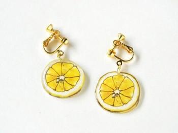 爽やかなレモンのピアスもプラバンで♪夏の元気コーデにもぴったりですね。