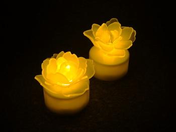 幻想的なバラのライト。LEDライトにプラバンで作ったバラを乗せて。プラバンで作ったものとは思えないほどの完成度の高さです。