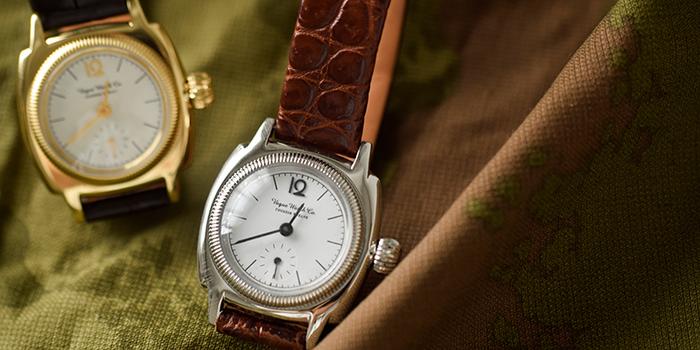 アンティーク時計って響きからして、大人なイメージがありませんか?いい時計は時代を超えて大事に大事に育てられ、次の世代へと受け継がれていくもの。その一つひとつに思い出やストーリーが宿っていそうな雰囲気が素敵ですよね。今回は、大人にぴったりのアンティーク時計、そして手軽に楽しめるアンティーク風なデザイン時計をご紹介していきます。