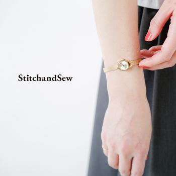 文字盤もなくスッキリとしたデザインですが、メッシュベルトがきらきらと光ってアクセサリー感覚で使える時計です。ゴールドによって肌が美しく見えるのも嬉しいポイント。