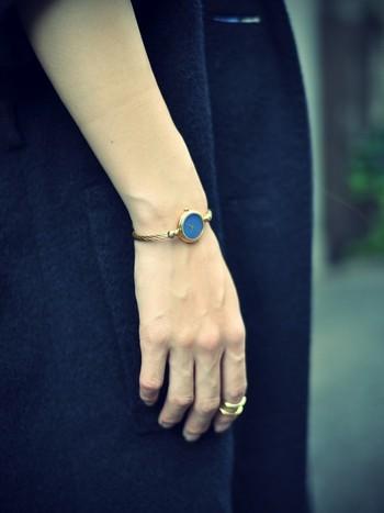 青いブルーが美しいグッチの時計はアクセサリーとしても頼りになるアイテム。シンプルながらに手首を華奢に見せてくれるデザインはさすがです。