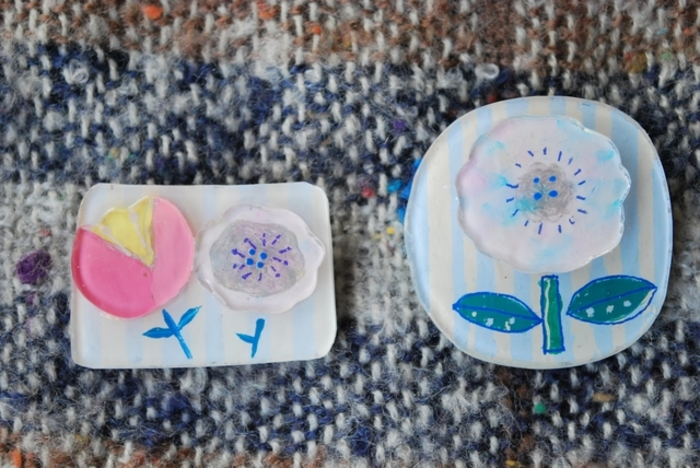 「プラバン」は、プラスチックの板に好きな絵を描いたり色を塗ったりした後に、オーブンやトースターで焼いて硬く加工することで完成するアイテムです。