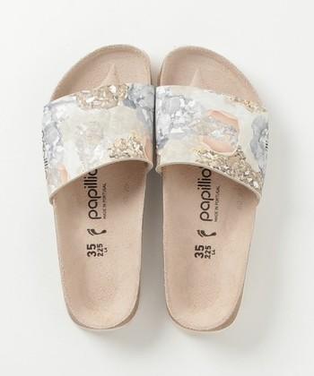 こちらはアッパー部分に半貴石の写真を組み合わせた、エレガントで女性らしいデザイン。カラーはブラックとローズの2色を展開しています。幅広のアッパーをアクセントにしたスライダーサンダルは、いつものコーディネートにトレンド感をプラスしてくれます。素足で履いたり靴下を合わせたり、とシーンに合わせて色々なおしゃれが楽しめそうです。
