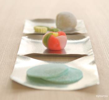 13×13cmのすずがみは、和菓子を盛りつけるのにとっても便利。和菓子それぞれに合わせて形を変えられるのも楽しく、お客様にお出しすれば、不思議で素敵な器に会話も弾みそう。