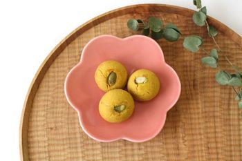 丈夫で普段使いもしやすい美濃焼の、黄梅をモチーフとした可愛らしい器「コトハナ」。やわらかなラインと暖色系のやさしい色合いは和菓子をより美味しく演出してくれそう。
