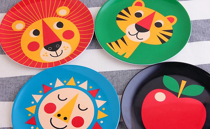 北欧風のカラフルなプレートは、見た目が可愛いだけでなくメラミン製なので、落としても非常に割れにくくなっているので、子供用のお菓子プレートに最適です。色々な絵柄を揃えれば、子どもたちのパーティー皿としても大活躍してくれそう。