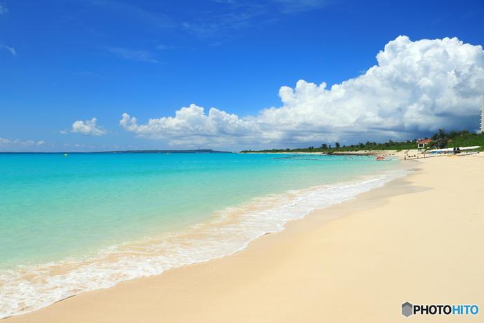 傑出した透明度と、陽射しを浴びてキラキラと輝く真っ白な砂浜が続く「与那覇前浜ビーチ」は、「東洋一美しいビーチ」とも形容されるビーチで、宮古島を代表する景勝地の一つです。