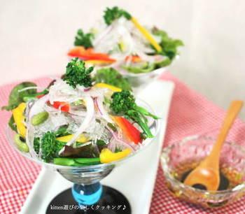 糸寒天を素材として使ったサラダ。キラキラして涼やかな見た目です。糖質が低いので、春雨の代わりに使ってもおいしくいただけます。