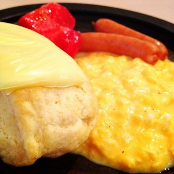 ホテルのスクランブルエッグって本当においしいですよね。あのプロの味も、湯銭にかければ、おうちで簡単に自宅で再現できちゃいます!
