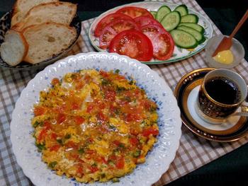 トルコの一般的な朝の定番メニュー・メネメン。トマト・玉ねぎ・ピーマンなどの野菜をたっぷりと使ったスクランブルエッグです。そのままでも、パンにのせても美味しいですよ。