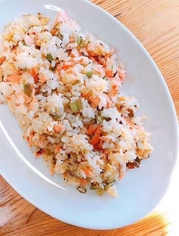"""長ねぎを炒め、鮭と卵にねぎ油の風味をつけた中華風チャーハン。ご飯と冷蔵庫内の食材の""""救済策""""以上のおいしさ✩"""