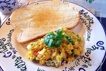 ガラムマサラやカレー粉などを入れたスパイシーなインド風スクランブルエッグ。サンドイッチにしてもおすすめです。