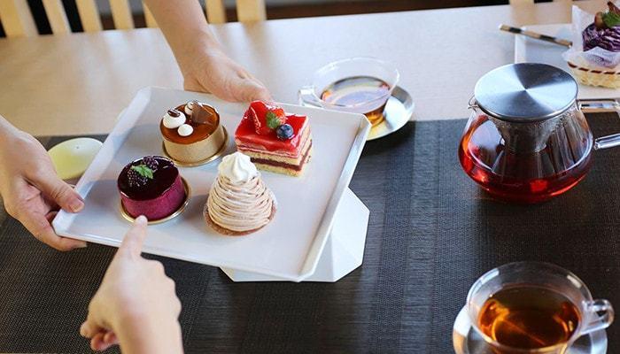 大きめのプレートにはケーキを盛りつけて、そのままテーブルの中央に出しても絵になるし、取り分け皿も同シリーズの小ぶりのスクエアプレートにすれば、よりテーブルが上品にまとまりそう。