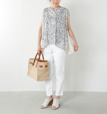 インパクトのある花柄が苦手な場合は、前面だけなど部分的に花柄があしらわれた柔らかいイメージのカットソーがおすすめです。白のパンツと合わせた爽やかサマースタイルです。