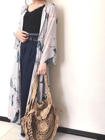 花柄のシャツワンピースは、パンツスタイルにガウンのように羽織って着こなすのもおすすめです。インナーを黒とネイビーのダークトーンで統一し、ワンピースのシフォンの軽やかさを加えた大人っぽいスタイリングです。