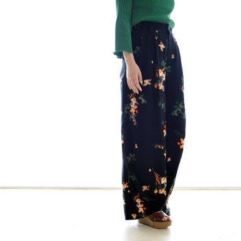 花柄パンツは、リラックス感のあるワイドシルエットをチョイスすると、大人っぽいスタイリングに仕上がります。