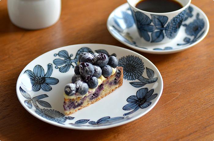スウェーデンを代表するデザイナーの、スティグ・リンドベリ氏がデザインした、北欧に咲くキク科の花びらを描いた人気シリーズBLUE ASTER(ブルーアスター)のケーキプレート。大胆ながら上品なデザインの18cmのお皿はケーキにピッタリ。同シリーズのコーヒーカップ&ソーサーとセットで揃えるのも素敵。