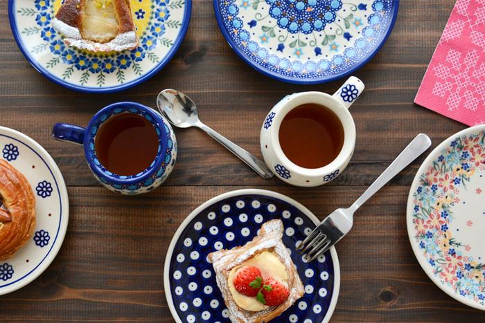 ポーランド南西部の町、ボレスワヴィエツやその周辺地域で作られているポーランドを代表する陶器「Polish Pottery(ポーリッシュポタリー)」のラウンドプレートは、テーブルに並べるだけで食卓全体が華やかな雰囲気で満たしてくれます。