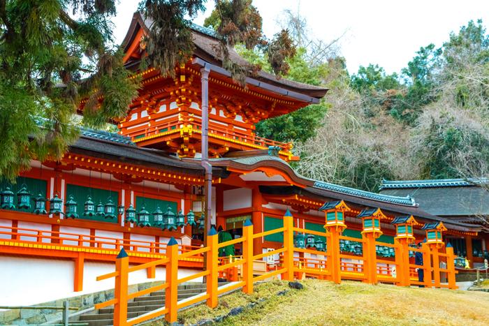 日本各地にある春日神社の総本社である「春日大社」です。1998年に世界遺産に登録されました。境内には多くの見どころがあるため、時間に余裕をもって訪れるのがいいかもしれません。 近鉄奈良駅から歩くと25分程度かかりますが、春日大社周辺には後に紹介する観光スポットが点在しているので、ここまで来てしまえば奈良観光を満喫することができますよ。