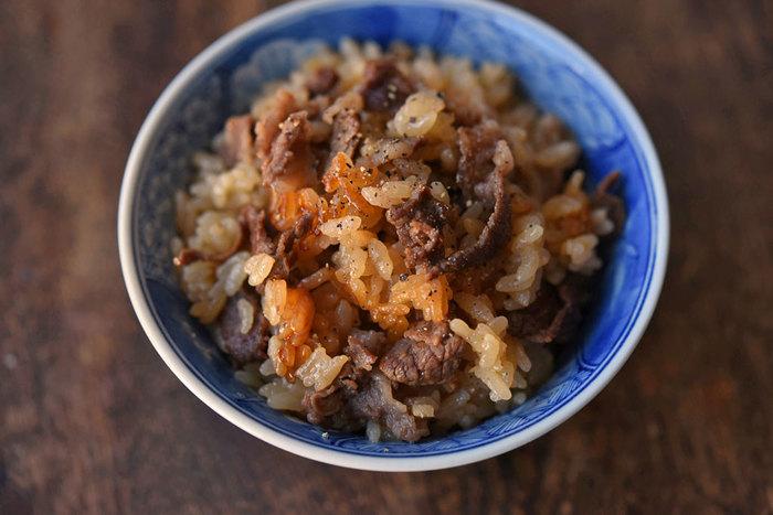 晩御飯で牛肉を使うという時には、100gだけ残しておいて。そうすると、こんなに豪華な炊き込みご飯が食べられるんです。牛肉と調味料だけのシンプルレシピは必見です。
