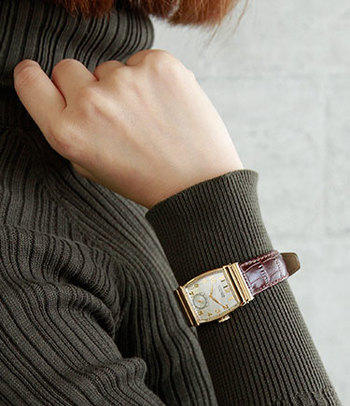1940年代にデザインされた復刻版のスクウェアフェイスの時計は、少し大きめでメンズライク&アンティーク風なデザインが素敵です。ゴールドのフレームにブラウンのレザーがよく合いますね。レザーベルトは使っていくとエイジングも楽しめるので長く愛用すればするほどクラシカルな雰囲気が深まります。