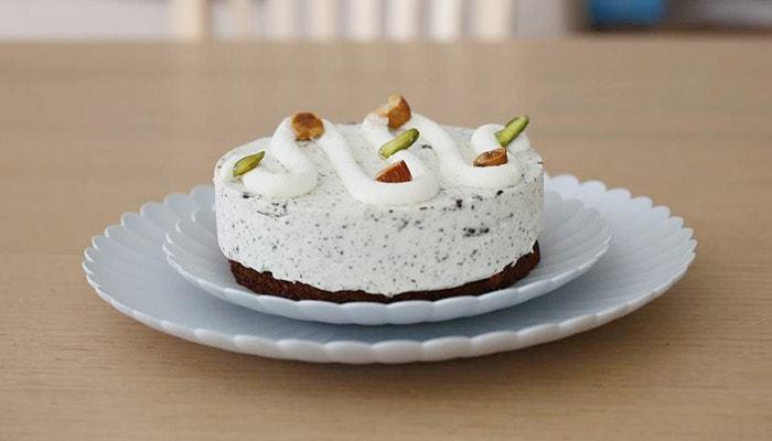上品な佇まいのTYパレスプレート。直径約16cmと、直径約22cmの2種類があり、大きめのプレートにケーキをいくつか盛り合わせ、小ぶりのプレートを取り皿にするのも素敵ですが、2枚重ねてホールケーキを乗せるのも◎。特別な日のデザートを、優雅に演出してくれます。