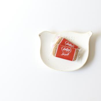 大分県で作業をされている「masagomasako」のトリさんのプレート。マットな質感の可愛らしい佇まいのトリさんの小皿は、素朴なお菓子を置くのにピッタリ。