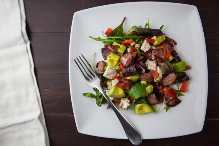 """そんな時にオススメなのは、""""食べ応え""""のある食材をプラスするという方法。どんな食材と組み合わせるかで、同じ量のお肉でもおかずのボリュームはかなり変わります。栄養バランス・満腹感・カロリーなど、こだわりたいポイントに合わせて上手に食材選びをしてみましょう。今回は、ボリュームUPするコツや、それに適した食材&レシピをご紹介します!"""