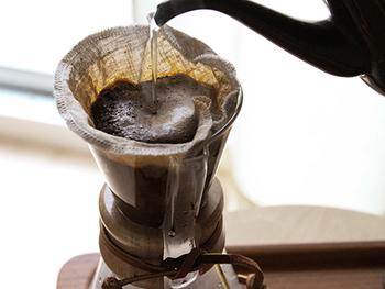 コーヒーを様々に味わうために、最適な打ち込みで織られたオリジナルリネンを使用したイフニのクロスフィルター。何度でも使えてエコな上に、コーヒーの楽しみをもっと広げてくれます。