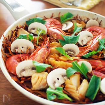 お米ではなくパスタを使うパエリア「フィデウア(Fideuà)」は、スペイン北西部カタルーニャ地方の伝統料理。ポキポキ折ったパスタを炒めた後、魚介のスープをたっぷり吸わせます。 ※鱈は煮崩れやすいので、大きめにカットしましょう。